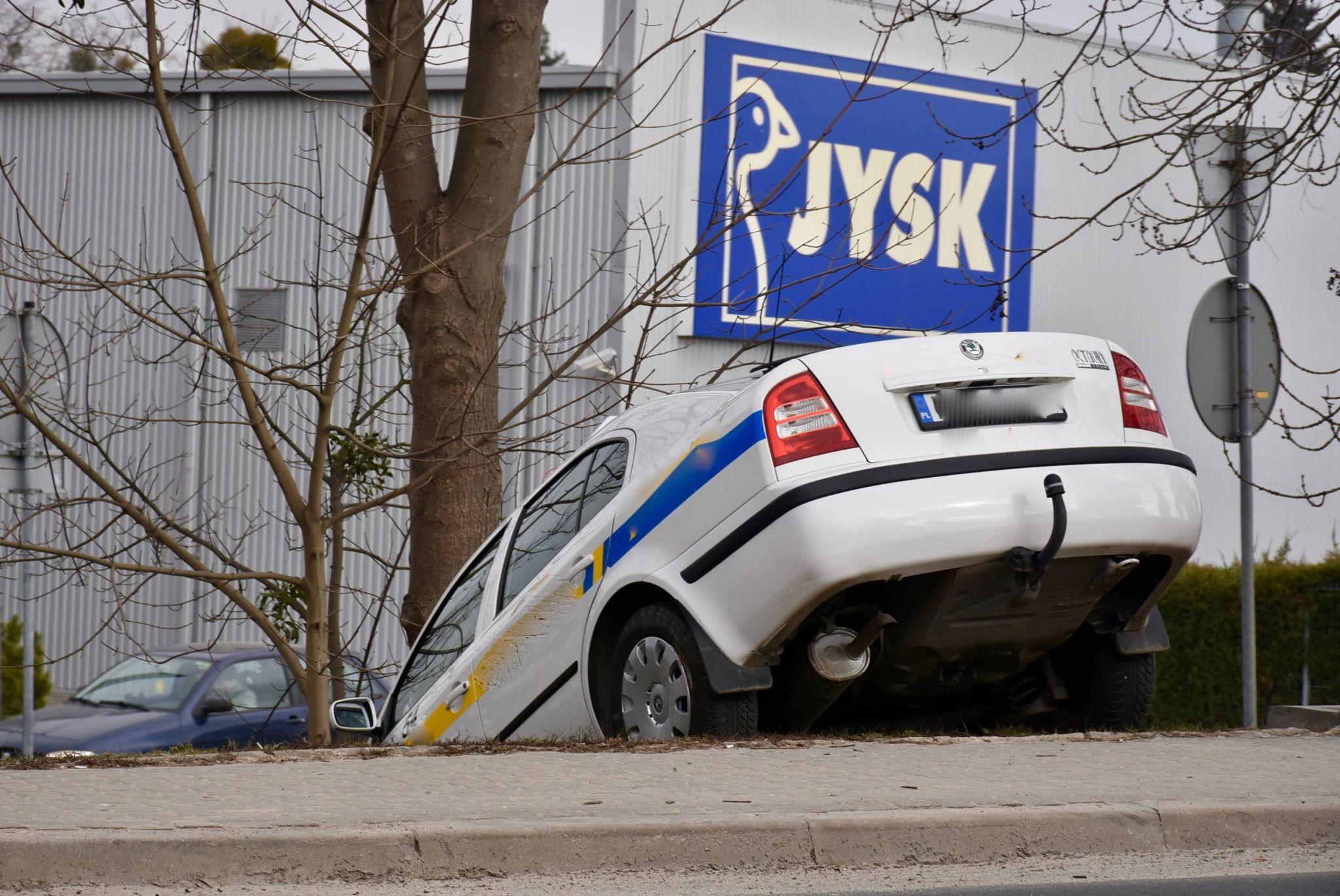dsc 3515 Zamość: Uderzył taksówką w mur cmentarza
