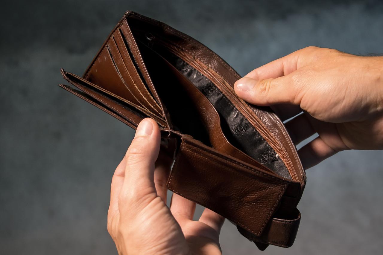 portfel pusty 43-latka okradła znajomego
