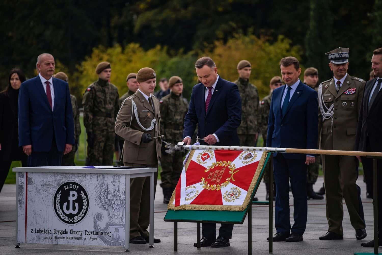 2 lbot sztandar 6 Prezydent Andrzej Duda wręczył sztandary wojskowe