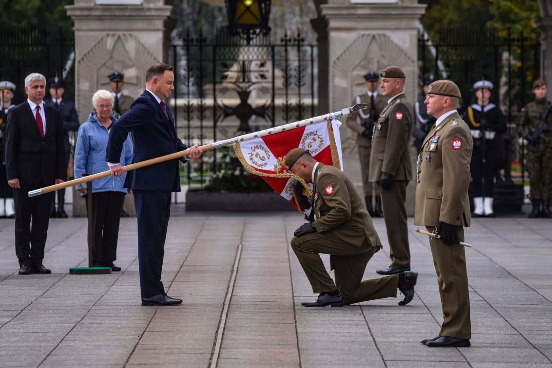 2 lbot sztandar 7 Prezydent Andrzej Duda wręczył sztandary wojskowe