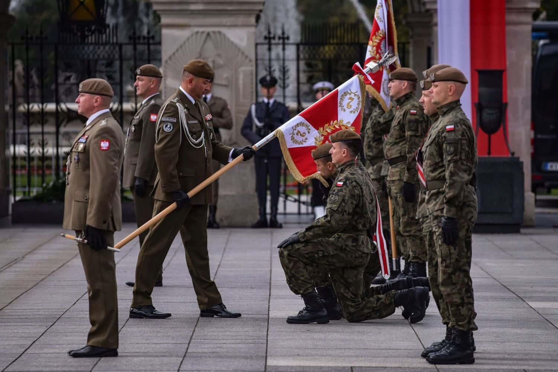 2 lbot sztandar 8 Prezydent Andrzej Duda wręczył sztandary wojskowe