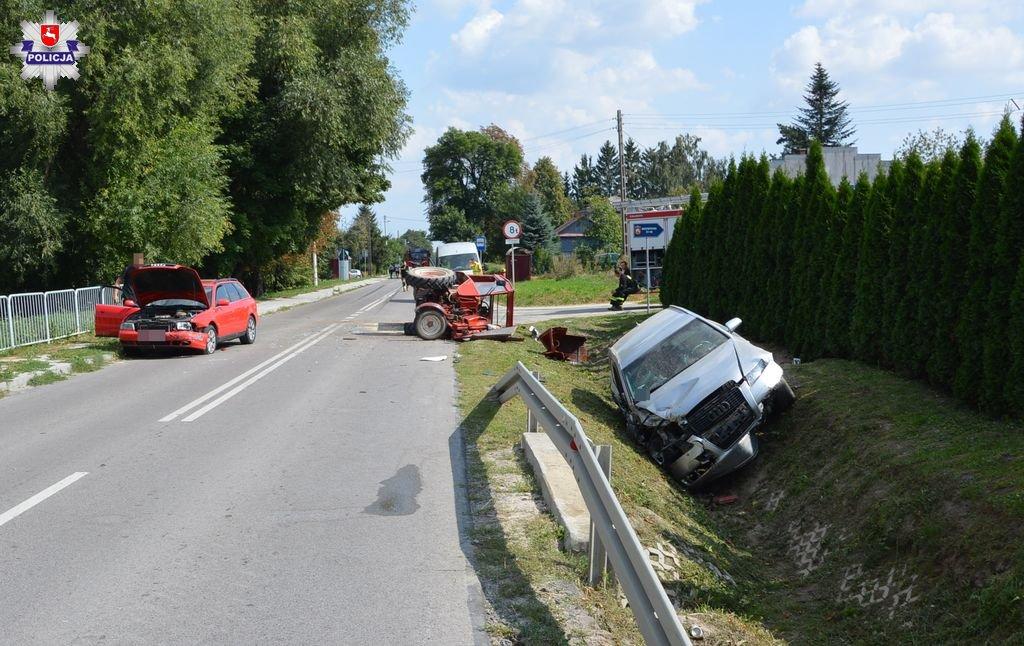 68 153812 Groźny wypadek z udziałem dwóch Audi i ciągnika