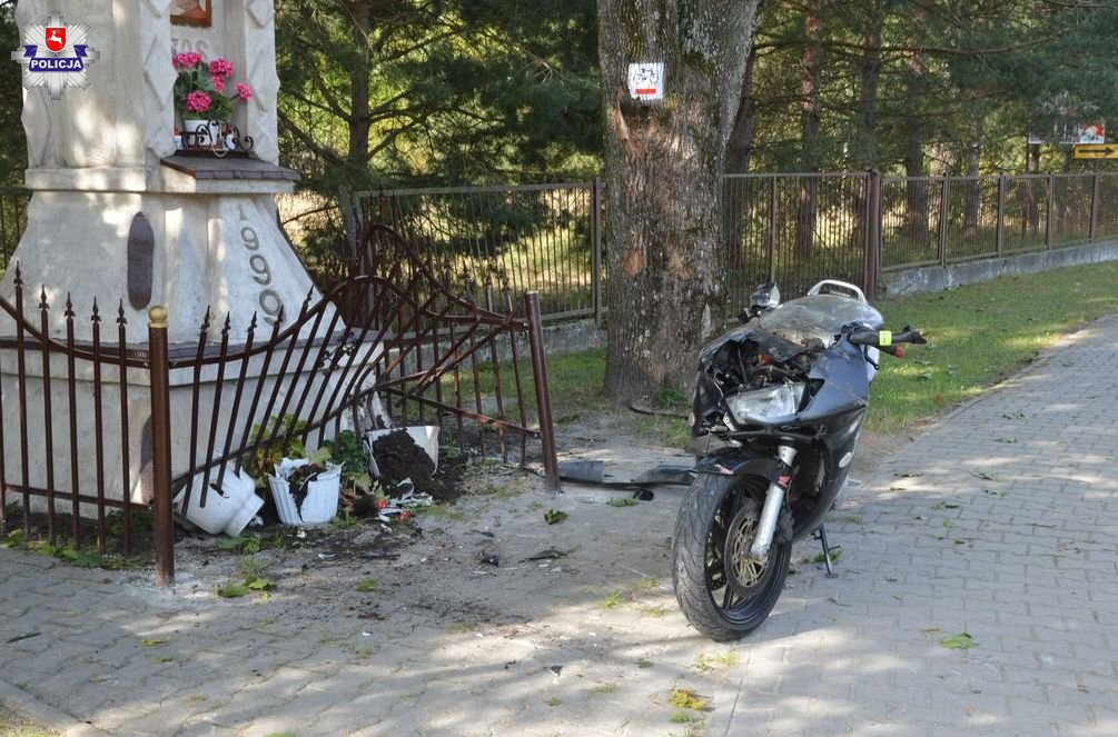 68 154327 Mokre: Motocyklem w kapliczkę