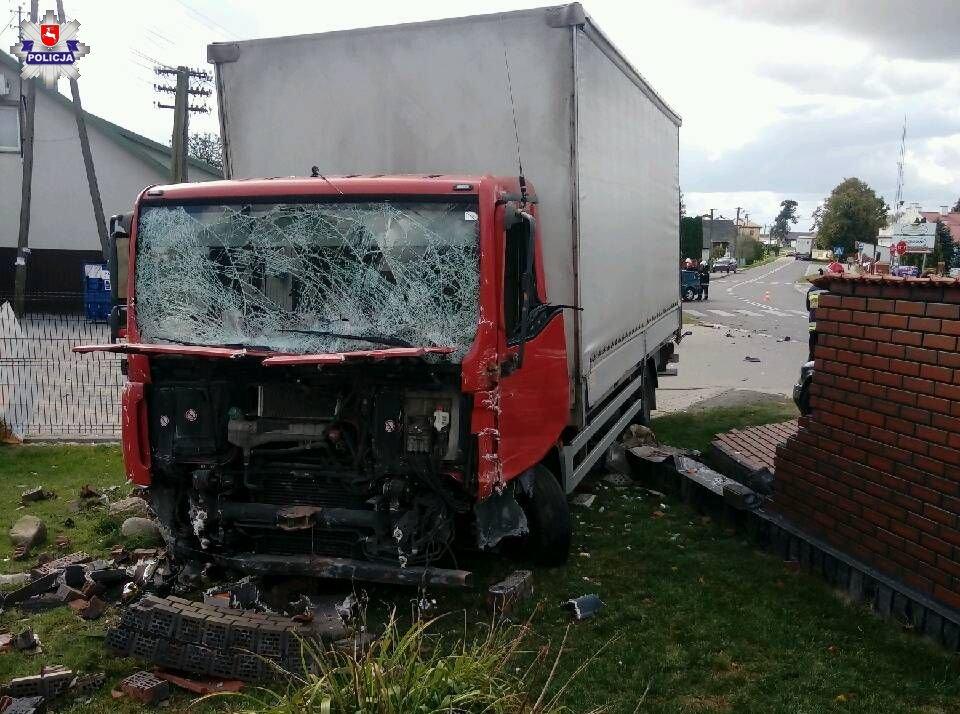 68 154819 Uszkodzona ciężarówka, trzy auta osobowe, ogrodzenie i znak drogowy