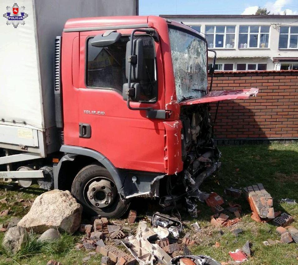68 154820 Uszkodzona ciężarówka, trzy auta osobowe, ogrodzenie i znak drogowy