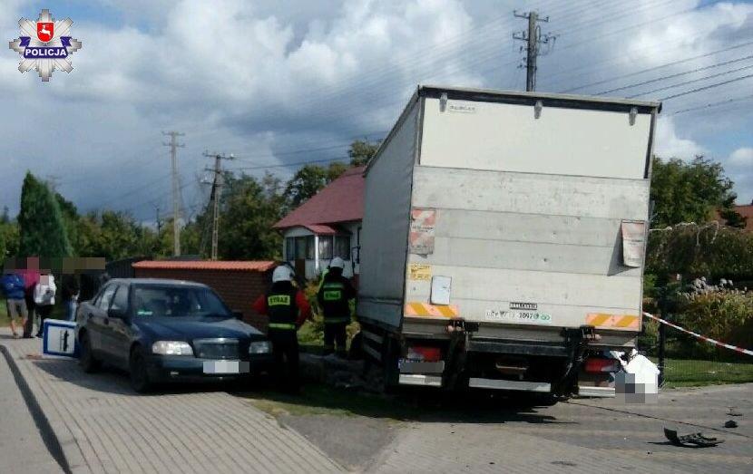 68 154821 Uszkodzona ciężarówka, trzy auta osobowe, ogrodzenie i znak drogowy