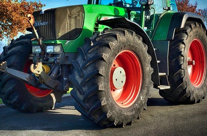 zrzut ekranu 2019 09 3 o 12 43 19 14 - latek za kierowicą ciągnika rolniczego. Wiózł młodszego brata