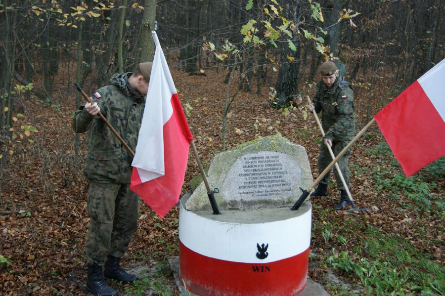 2 lbot komarowka podlaska Terytorialsi pamiętają o bohaterach walk o niepodległość. Odwiedzają i porządkują ich groby, zapalają znicze