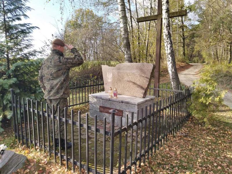 2 lbot las stocki Terytorialsi pamiętają o bohaterach walk o niepodległość. Odwiedzają i porządkują ich groby, zapalają znicze