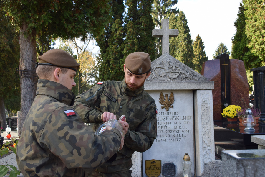 2 lbot lublin Terytorialsi pamiętają o bohaterach walk o niepodległość. Odwiedzają i porządkują ich groby, zapalają znicze