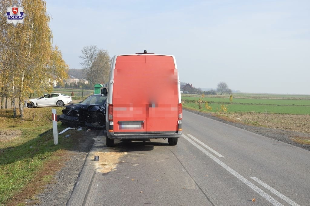 68 156953 Kierowca busa wyprzedzał we mgle. Zderzył się czołowo z osobowym audi