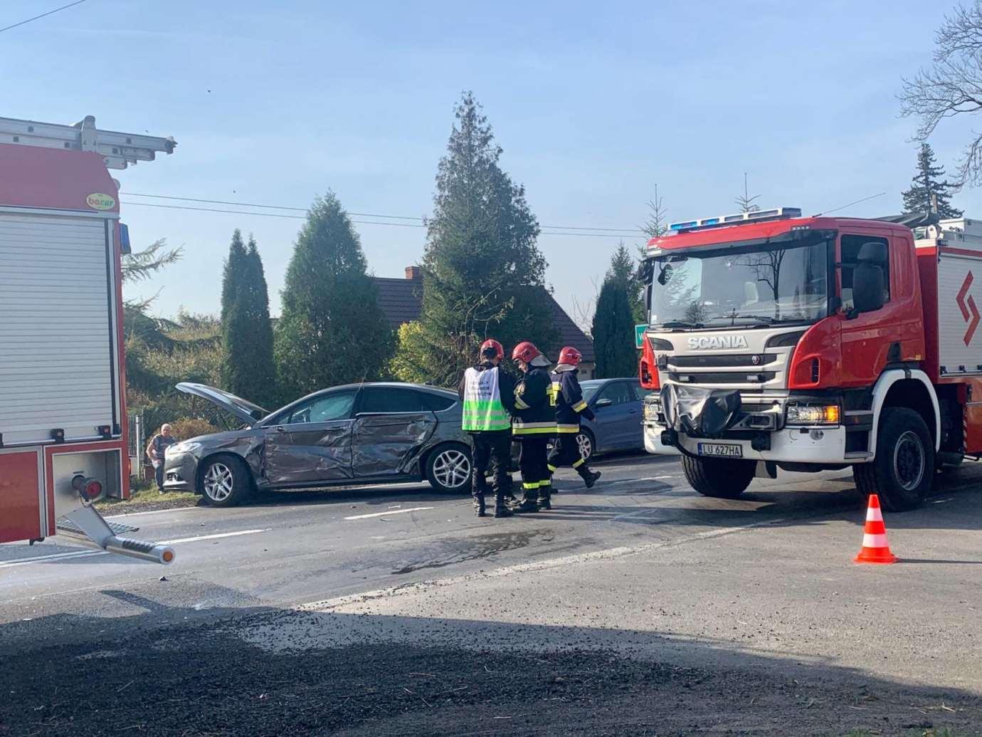 73127475 2319152784879399 4381490558934188032 n Kalinowice: Wypadek na DK nr 17. Wóz strażacki zderzył się z osobówką