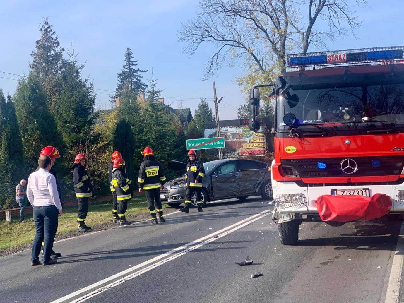 73249624 772663726518218 3781874297908232192 n Kalinowice: Wypadek na DK nr 17. Wóz strażacki zderzył się z osobówką