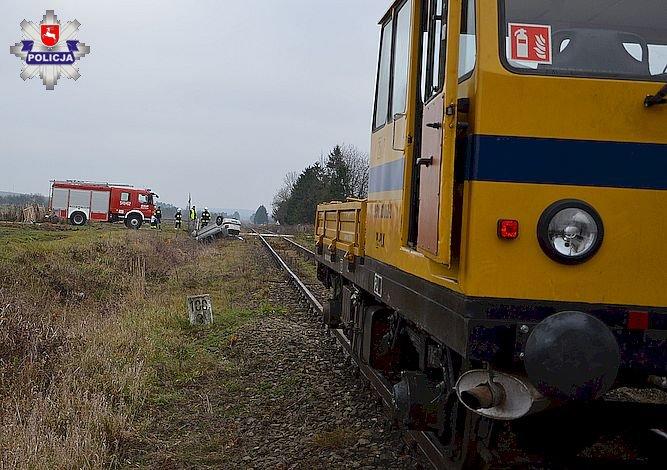 68 158340 Wjechał na tory i zderzył się z pojazdem szynowym (zdjęcia)