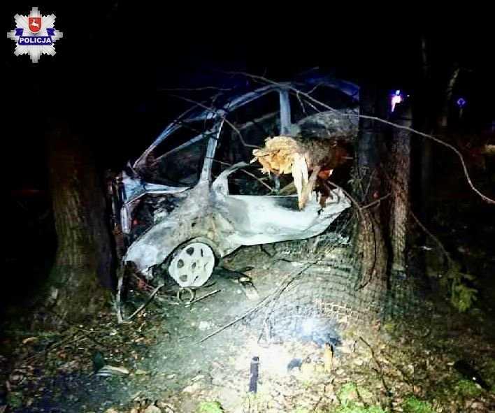 68 159428 Rozbite auto stanęło w płomieniach (zdjęcia)