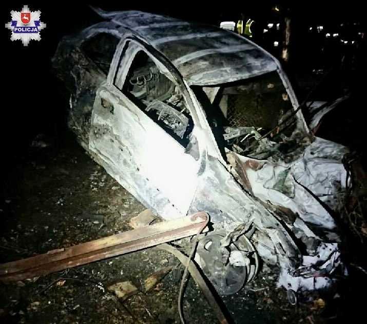 68 159429 Rozbite auto stanęło w płomieniach (zdjęcia)