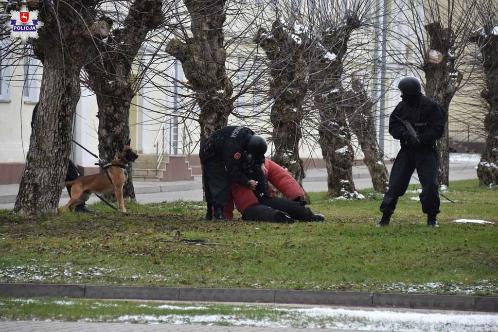 68 159454 Zamość: Uzbrojony terrorysta wtargnął na teren 32 WOGU! Sytuacja wyglądała niebezpiecznie...