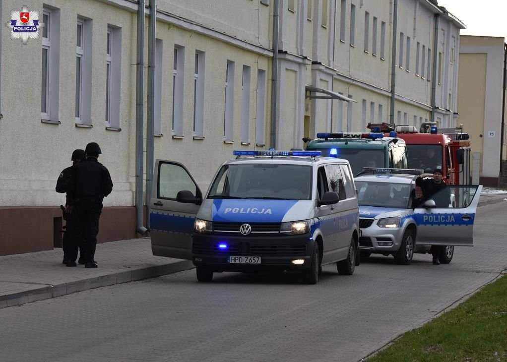 68 159455 Zamość: Uzbrojony terrorysta wtargnął na teren 32 WOGU! Sytuacja wyglądała niebezpiecznie...