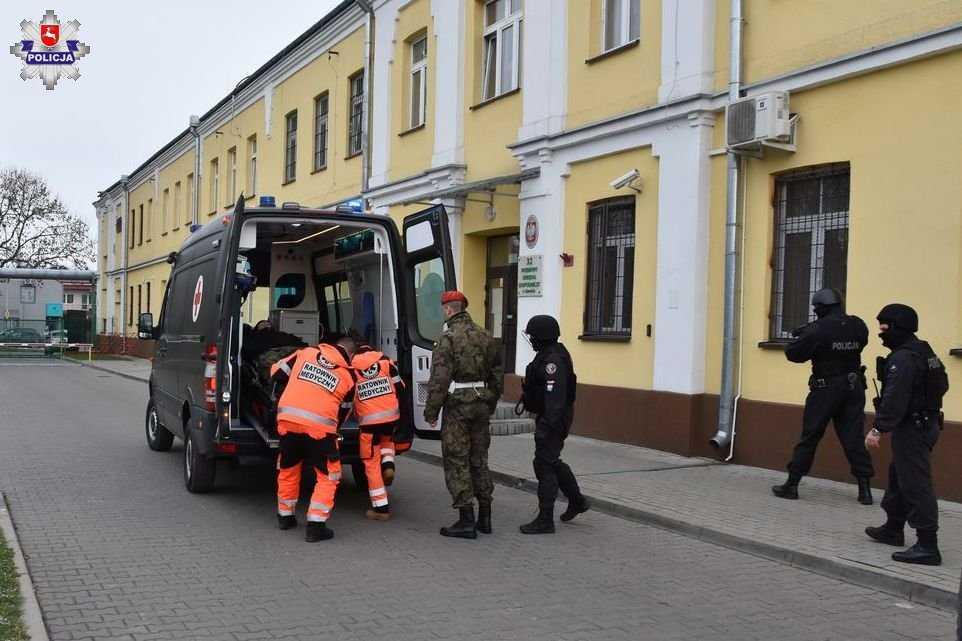 68 159456 Zamość: Uzbrojony terrorysta wtargnął na teren 32 WOGU! Sytuacja wyglądała niebezpiecznie...