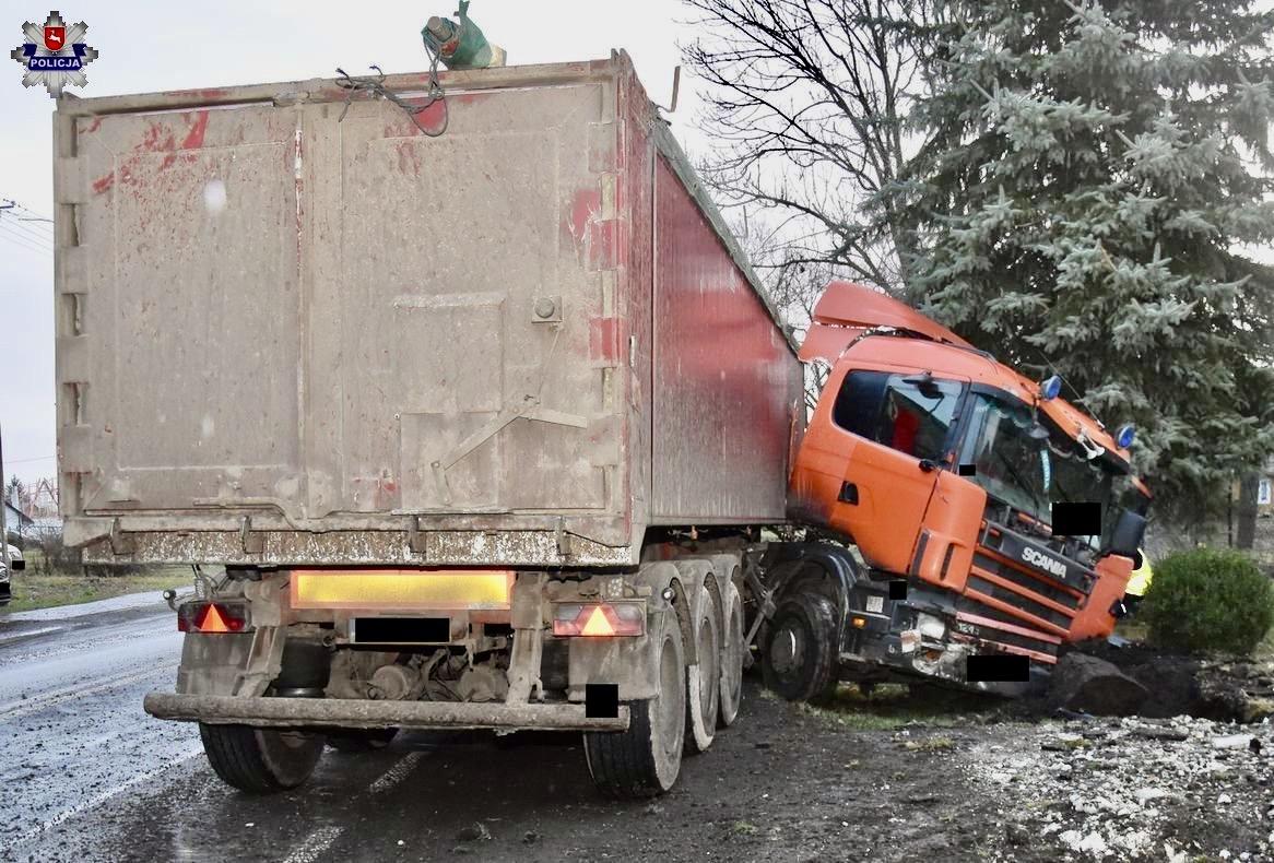 68 159763 Kierowca auta leżał obok pojazdu i posiadał obrażenia ciała.