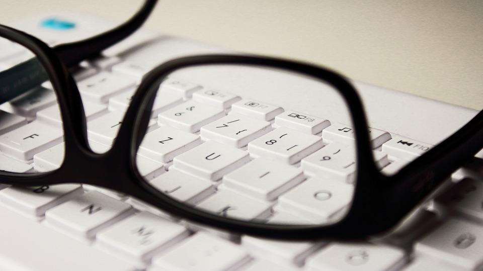 glasses 2211445 960 720 Zamość: Książnica zaprasza seniorów na kurs komputerowy