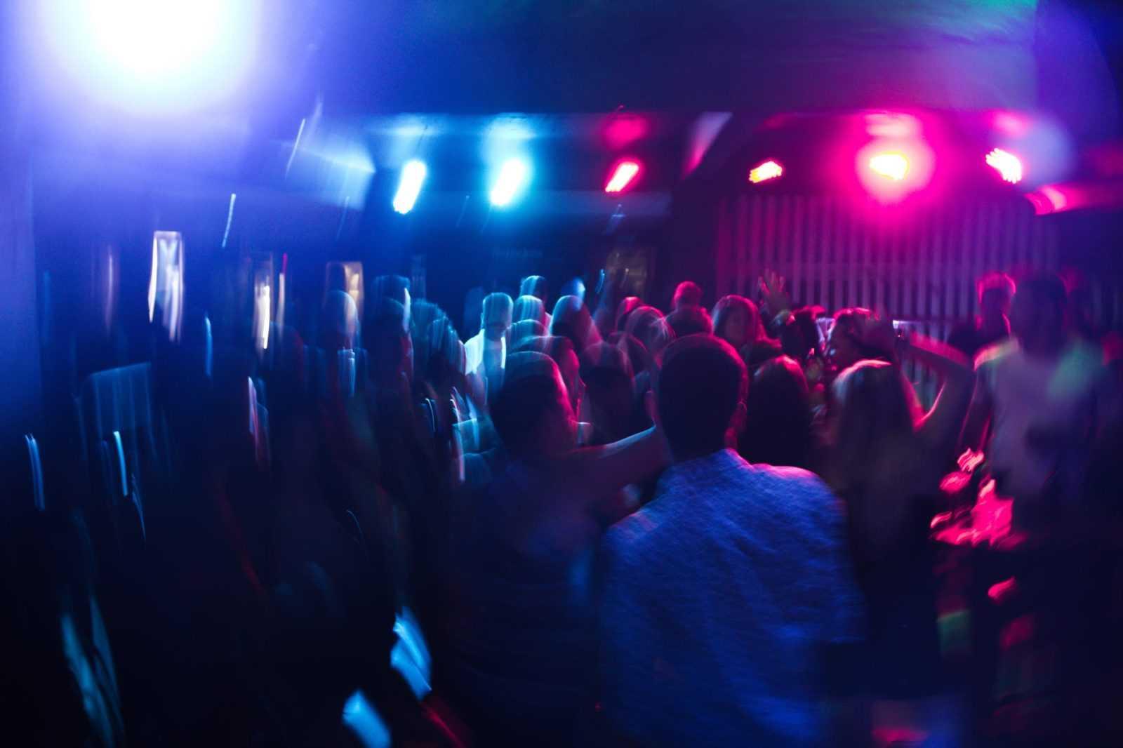 pexels photo 801863 Zamość: Mężczyzna spadł ze schodów w nocnym klubie. Policja szuka świadków zdarzenia