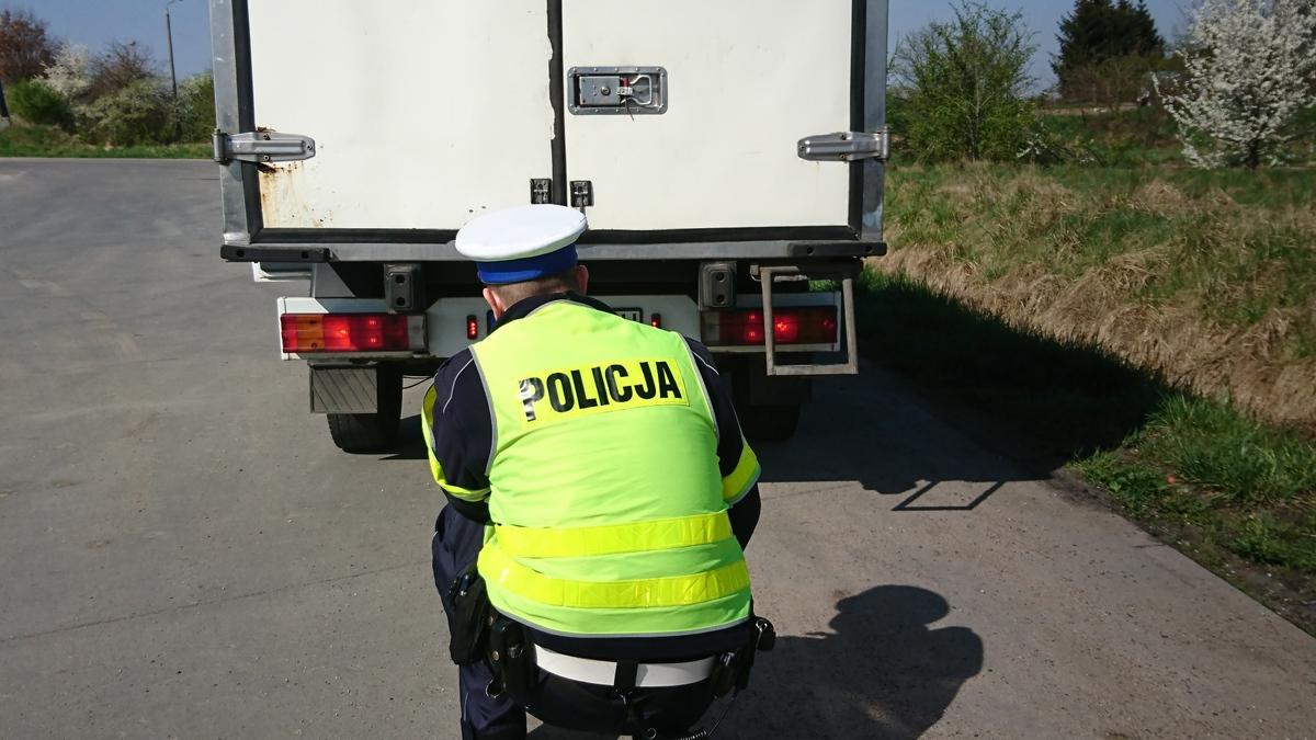 136 206674 UWAGA! Dziś policja poluje na kopcące auta. Kierowcy tracą dowody rejestracyjne