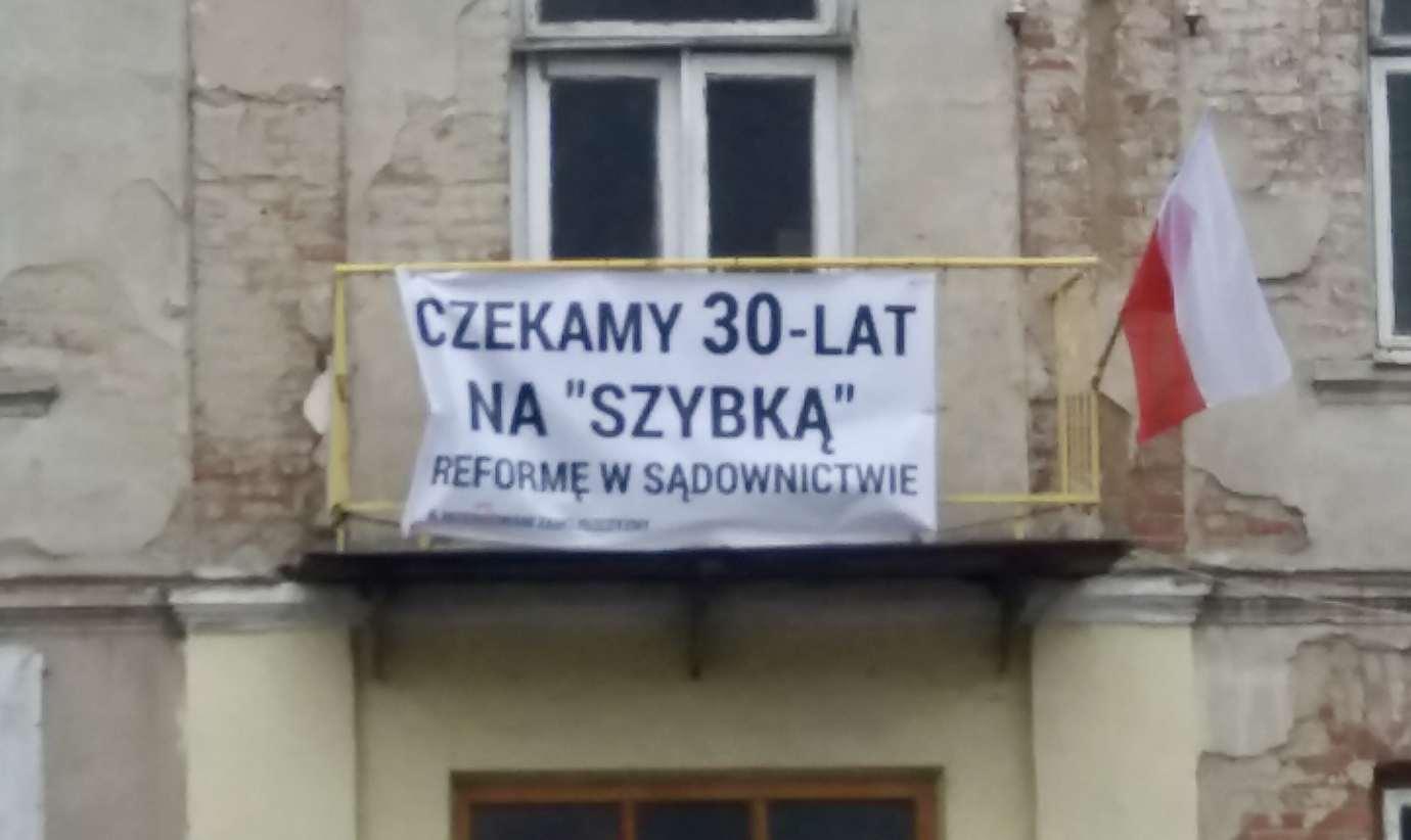 20191226 132627 PRECZ z KASTĄ SĄDY DLA LUDZI - taki baner pojawił się w Zamościu