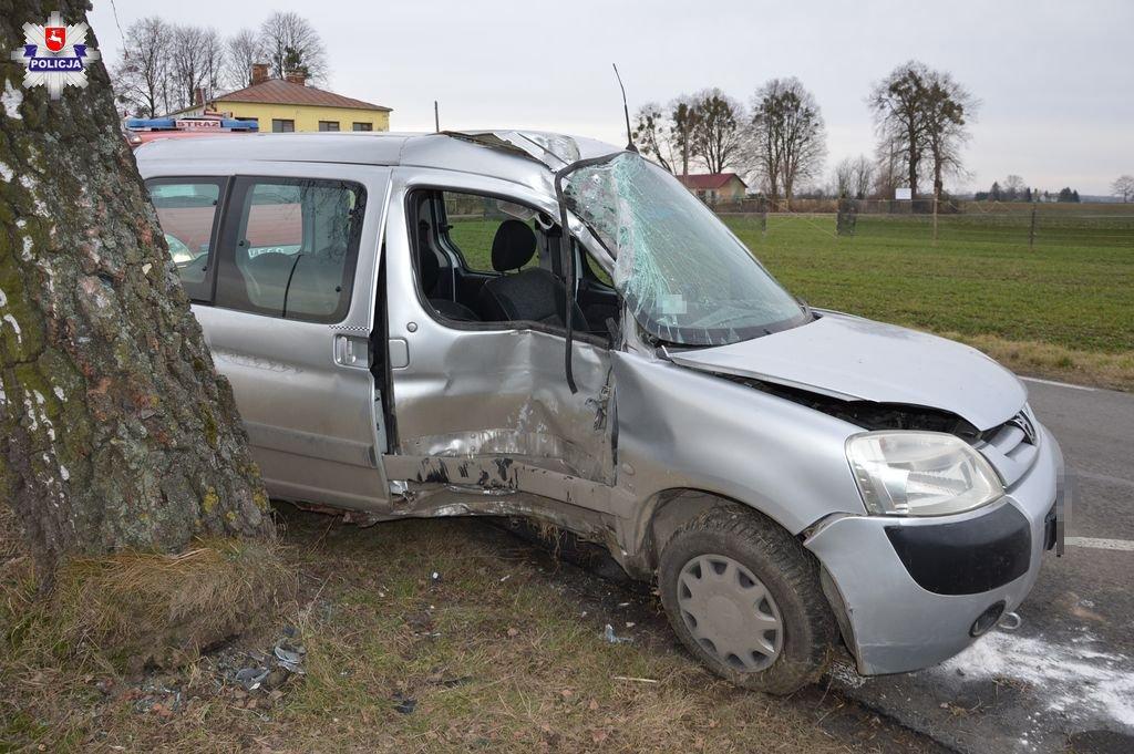 68 162242 Wpadł w poślizg i uderzył w drzewo