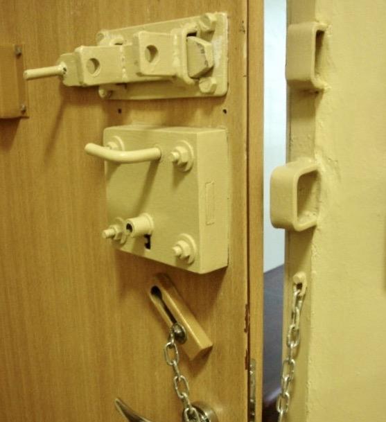 68 162613 mo2 Łupem złodziei padły m.in. puszki z farbą, drabina, listwy przypodłogowe, walizka i torba podróżna.
