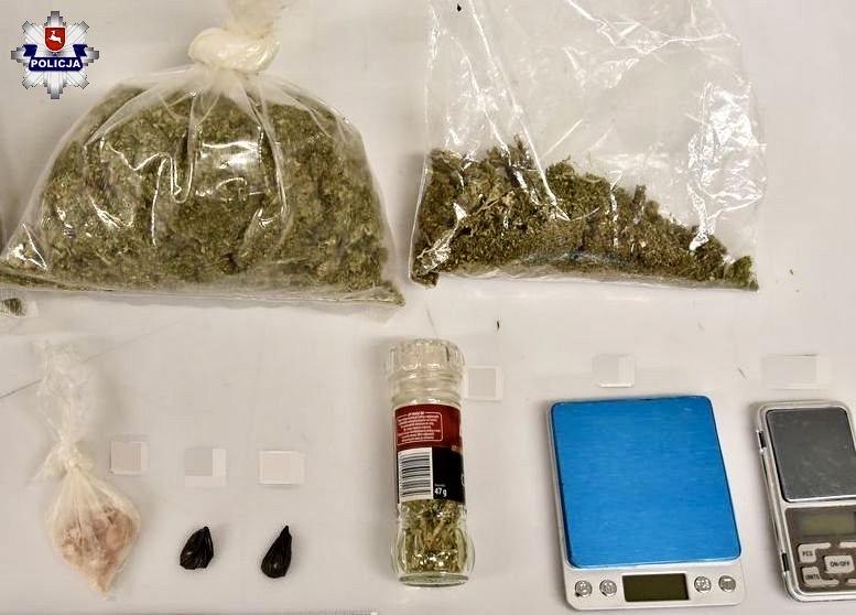 68 163010 Policjanci już na korytarzu poczuli zapach marihuany.