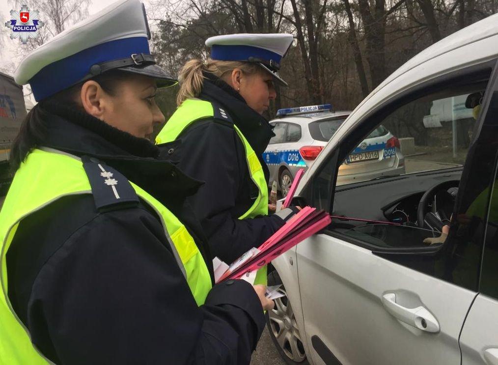 68 163073 W akcji policjantom towarzyszą pracownicy Muzeum Zamoyskich w Kozłówce.