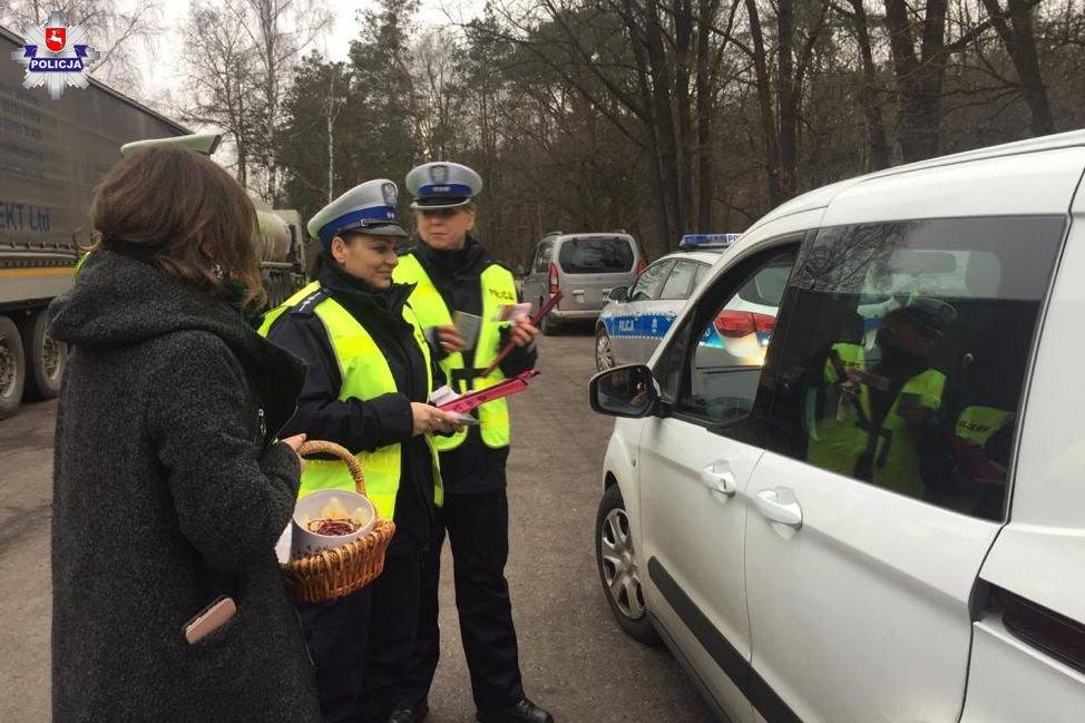 68 163074 W akcji policjantom towarzyszą pracownicy Muzeum Zamoyskich w Kozłówce.