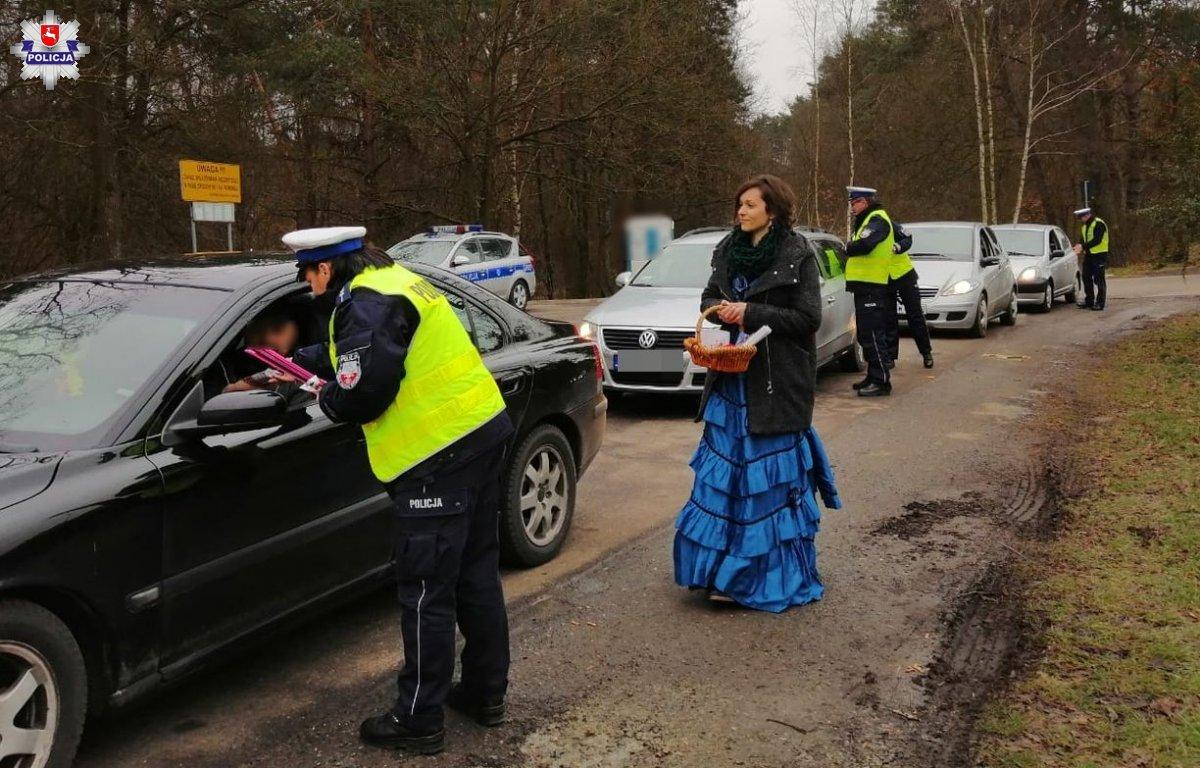 68 163076 W akcji policjantom towarzyszą pracownicy Muzeum Zamoyskich w Kozłówce.