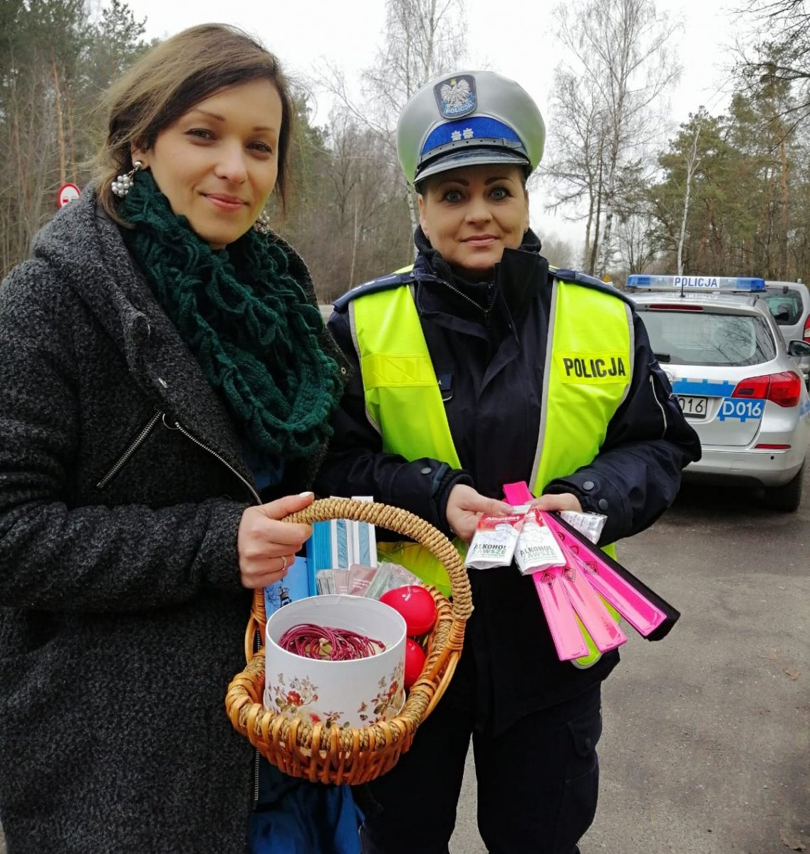 68 163081 g W akcji policjantom towarzyszą pracownicy Muzeum Zamoyskich w Kozłówce.