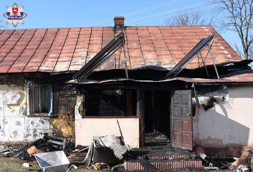 68 163496 Pożar domu w Nieliszu. Dwie osoby trafiły do szpitala