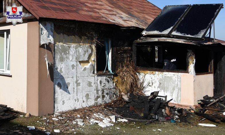 68 163497 Pożar domu w Nieliszu. Dwie osoby trafiły do szpitala