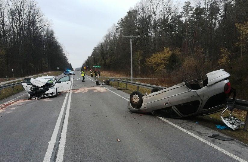 68 163498 Poważny wypadek na krajowej 17. Dwie osoby ranne