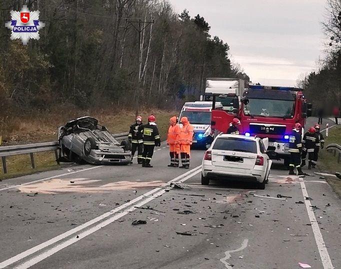 68 163499 Poważny wypadek na krajowej 17. Dwie osoby ranne