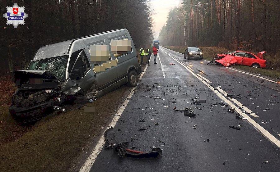68 163623 Czołowe zderzenie busa i Audi. Droga jest zablokowana!
