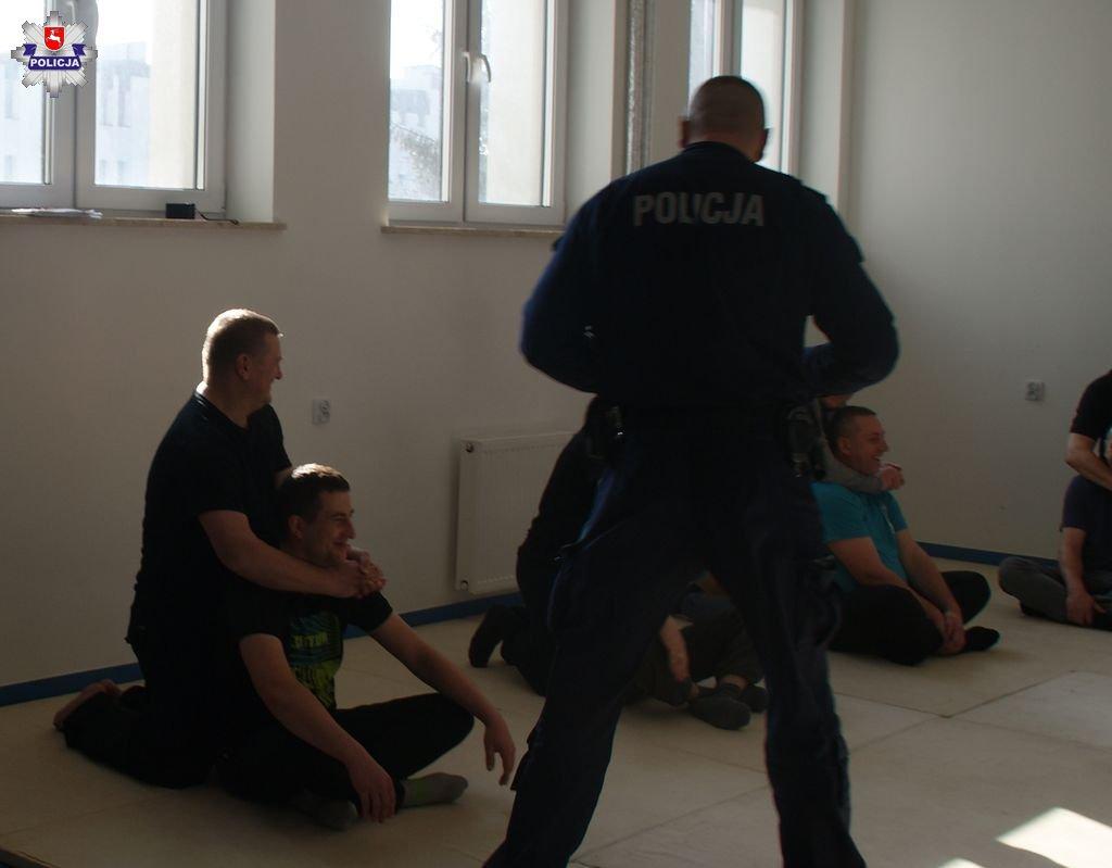 68 163971 Zamość: Policjanci szkolili pracowników ochrony galerii handlowej