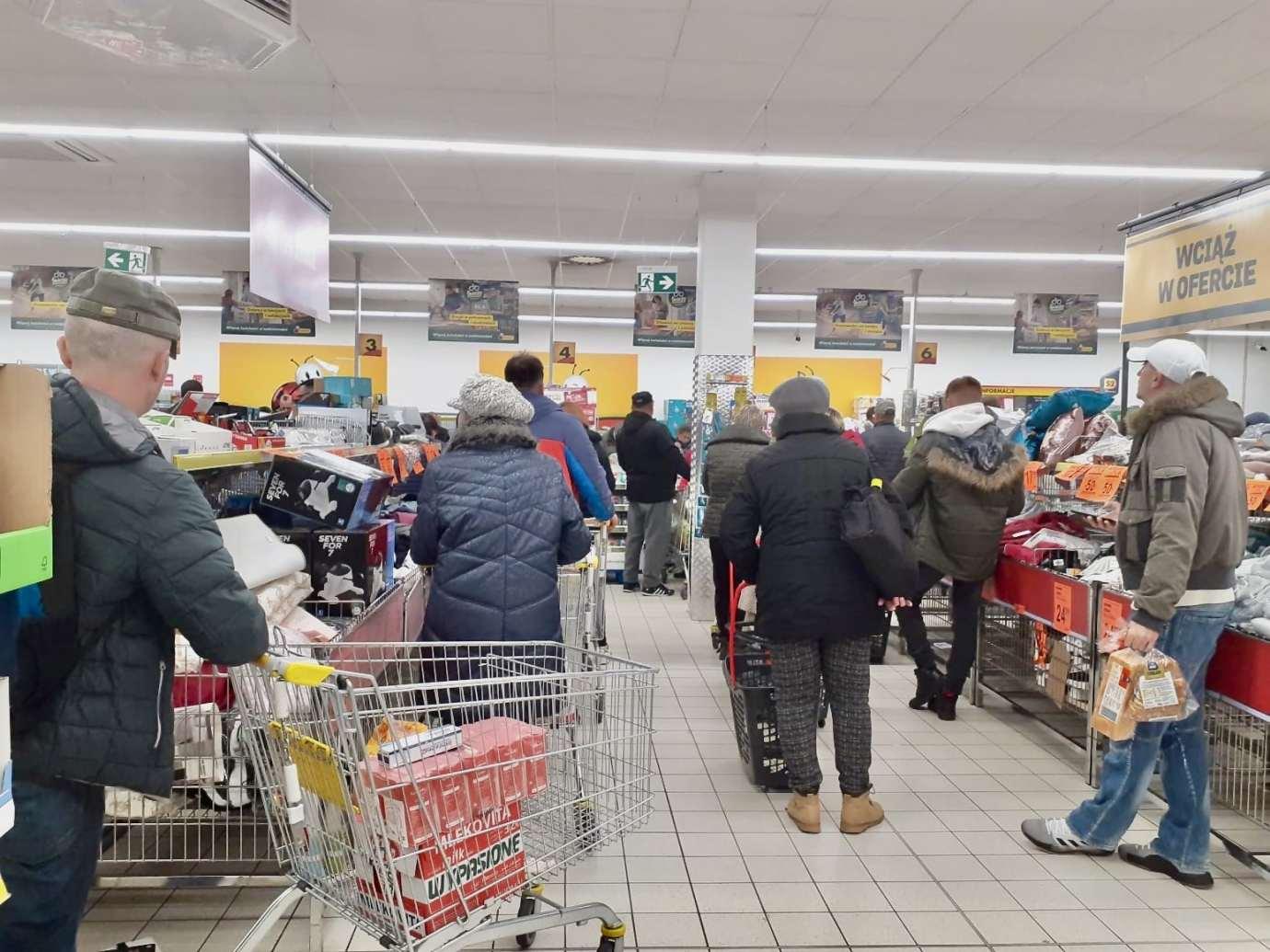 89822950 508931253349787 3352448976434495488 n Tłumy w zamojskich marketach. Premier: nie ma potrzeby robienia zakupów na zapas.