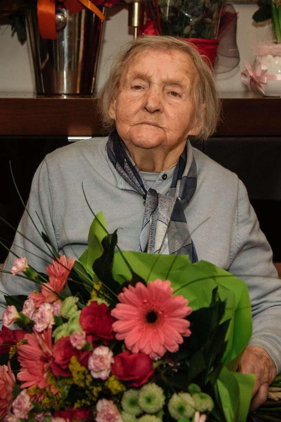 stulatka z kwiatami Piękny jubileusz mieszkanki gm. Zamość. Pani Marianna skończyła 100 lat [ZDJECIA]