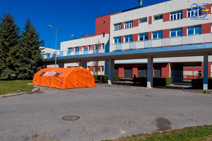 """2 Przy szpitalu """"papieskim"""" rozstawiono namioty do wstępnej segregacji chorych [ZDJĘCIA]"""