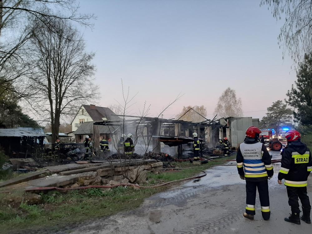 20200428 050146 Gm. Zamość: Pożar budynków gospodarczych