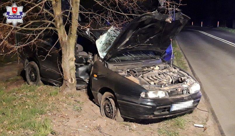 68 166117 Samochód wbił się w drzewo