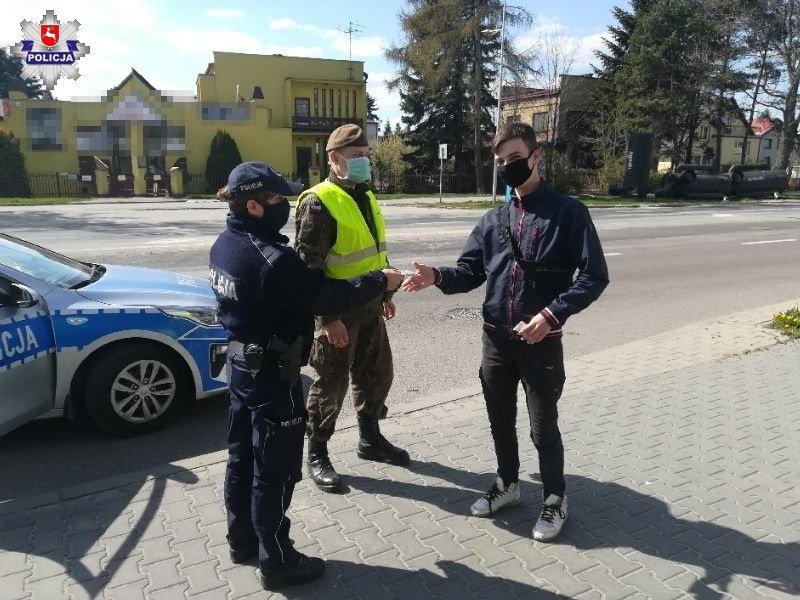 68 166298 Policjanci rozdawali maseczki