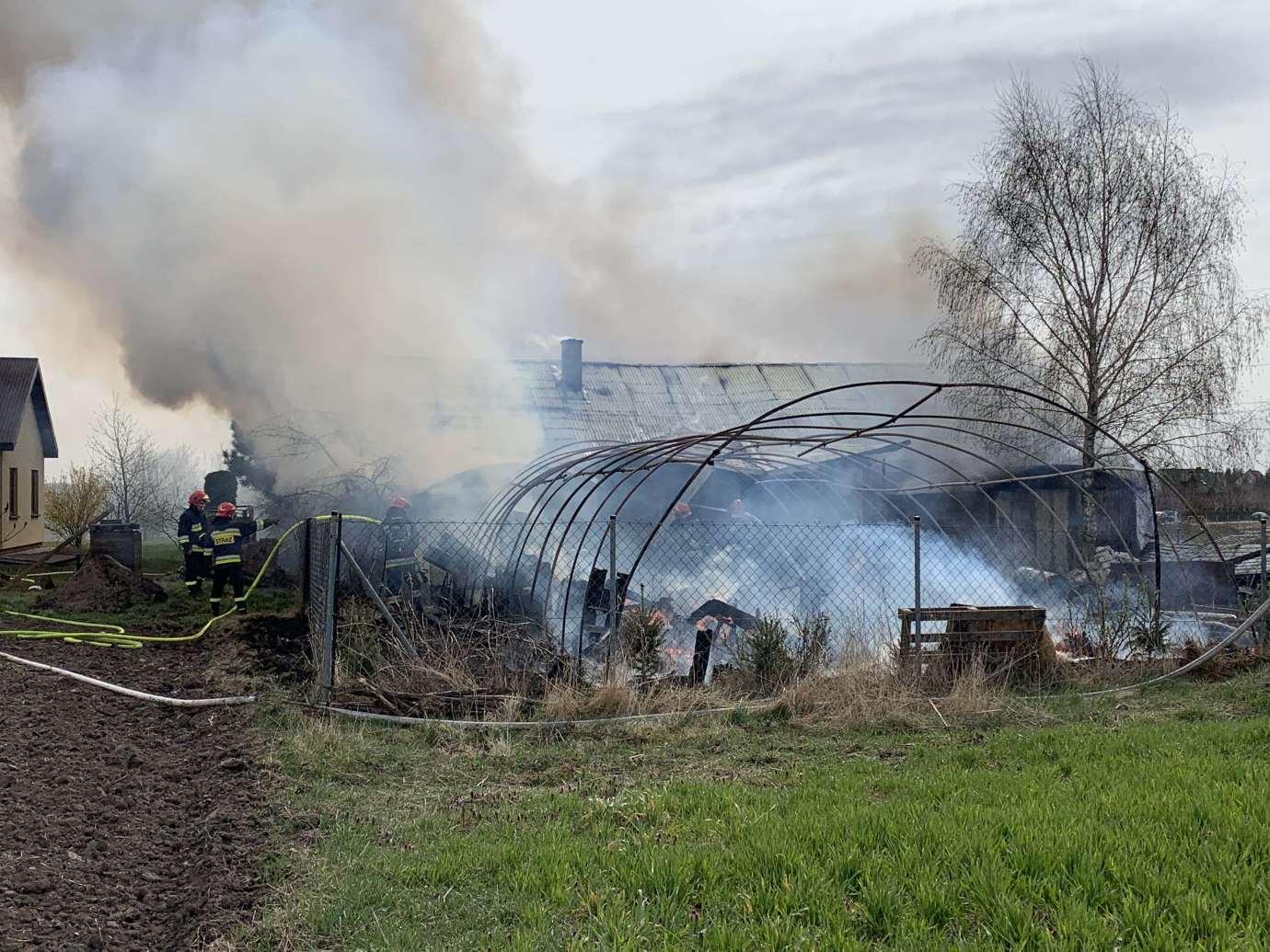 img 5357 Pożar w Sitańcu. Zagrożony jest budynek mieszkalny. Trwa akcja gaśnicza. [ZDJĘCIA, FILM]