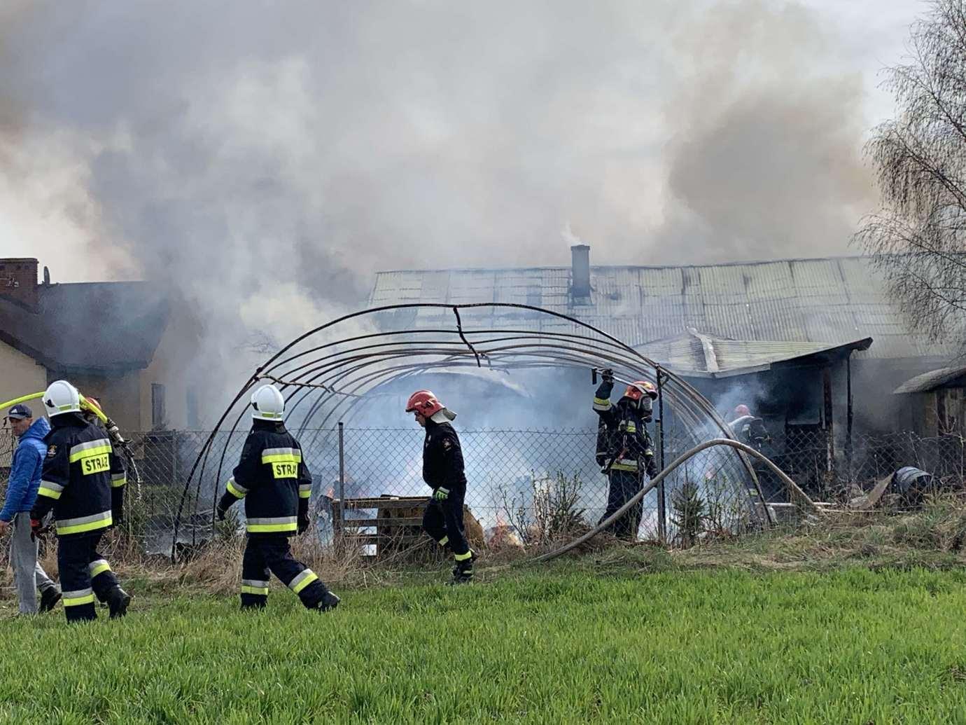 img 7007 Pożar w Sitańcu. Zagrożony jest budynek mieszkalny. Trwa akcja gaśnicza. [ZDJĘCIA, FILM]