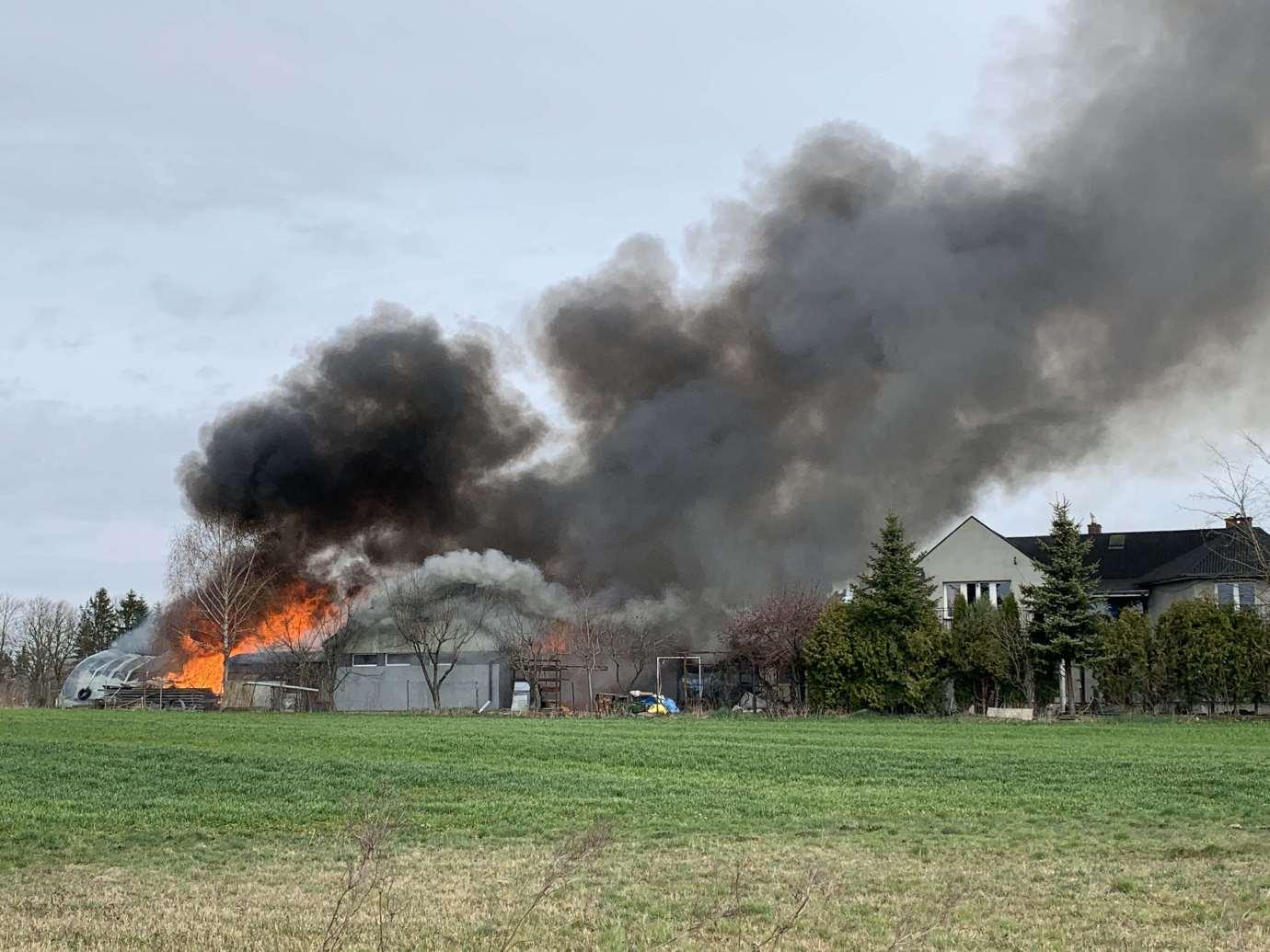 img 9296 Pożar w Sitańcu. Zagrożony jest budynek mieszkalny. Trwa akcja gaśnicza. [ZDJĘCIA, FILM]